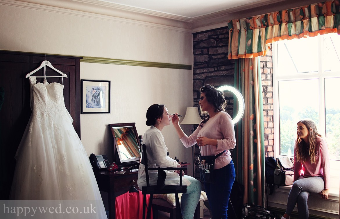 Broadway Country House bride getting ready
